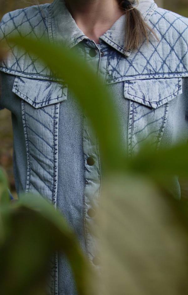 Close up. Basic jakke i lys indigo blå. Piece of Blue