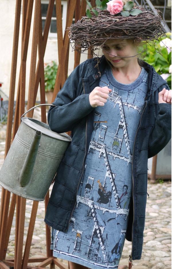 På model. Langærmet Kjole med Print i Lys Indigo Blå. Piece of Blue