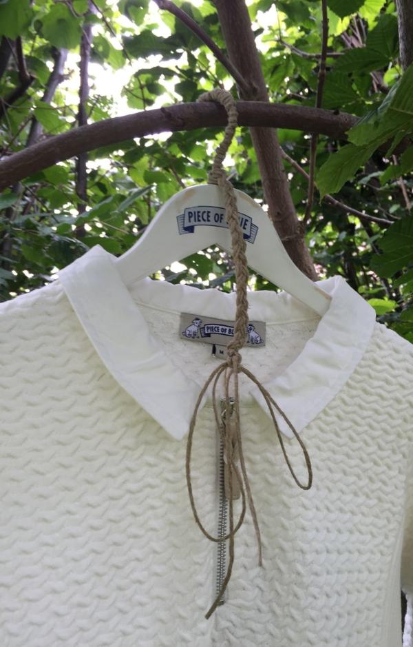 Close up. Enkel og Elegant Pullover i Hvid. Piece of Blue.