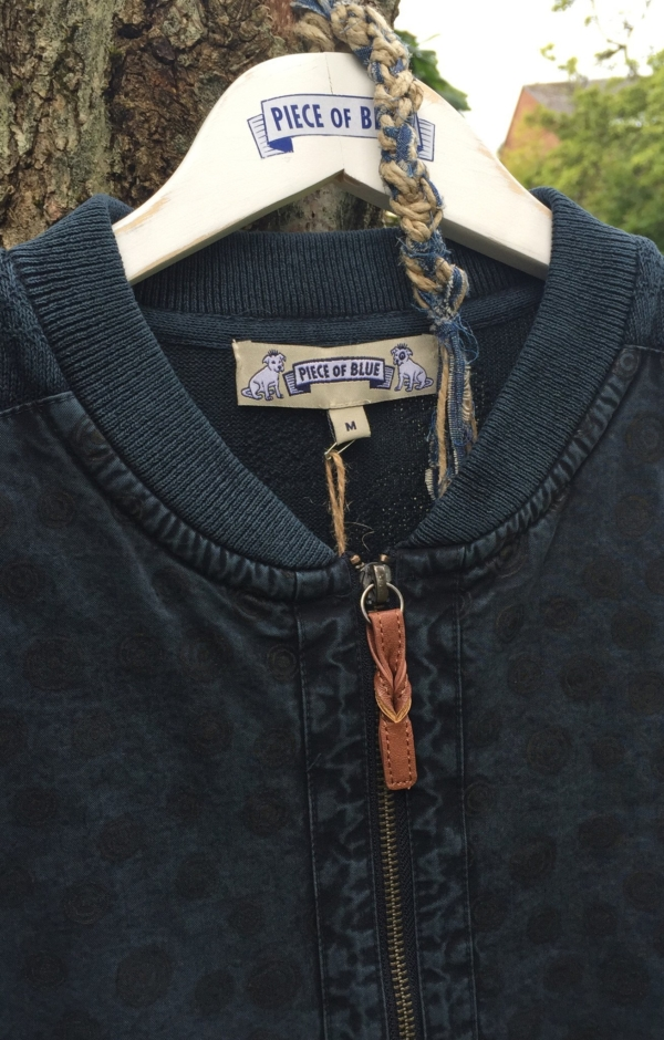 Close up. Feminin Cardigan i Mørkeblå. Piece of Blue.