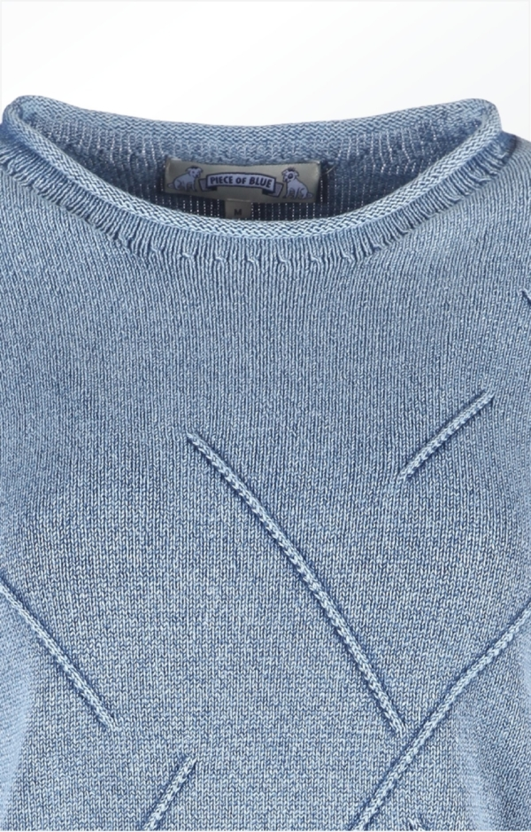 Close up. Classy Boat Neck Pullover i Lys Indigo Blå. Piece of Blue