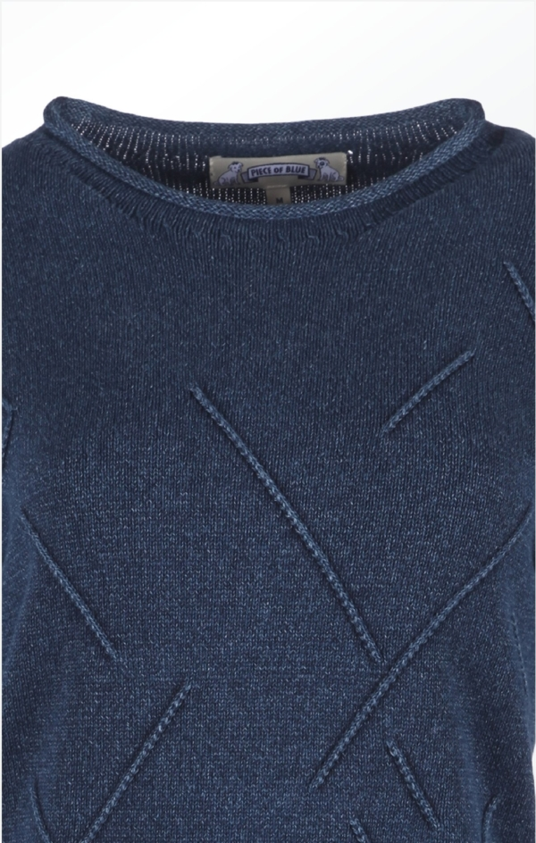 Close up. Classy Boat Neck Pullover i Mørk Indigo Blå. Piece of Blue