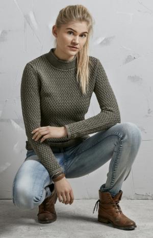 På Model. Elegant Rullekrave Pullover i Olivengrøn. Piece of Blue