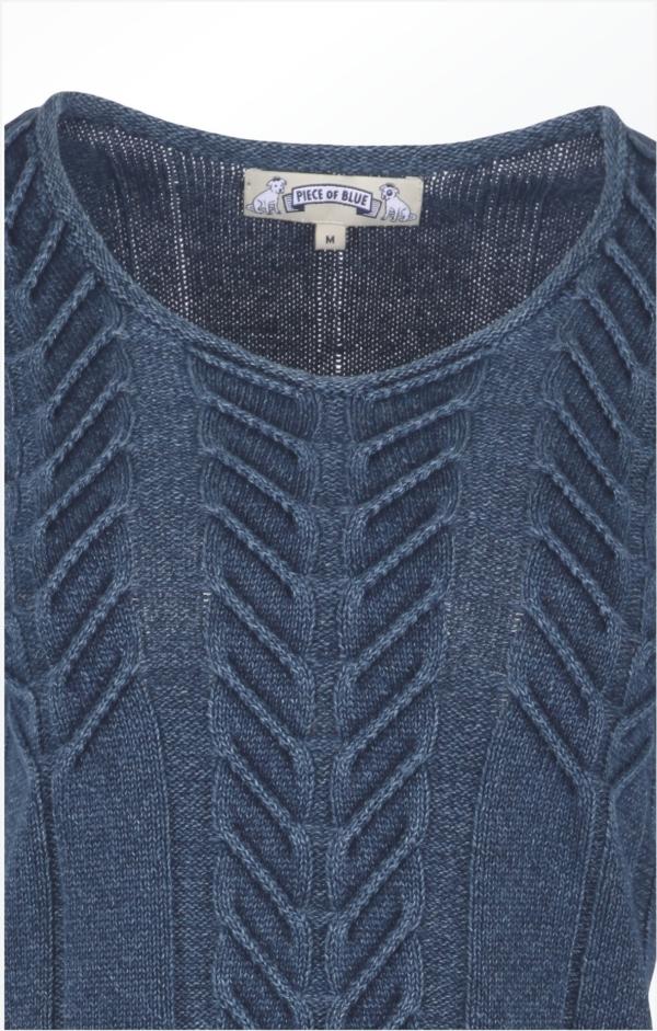 Close up. Elegant Lang Pullover i Mørk Indigo Blå. Piece of Blue