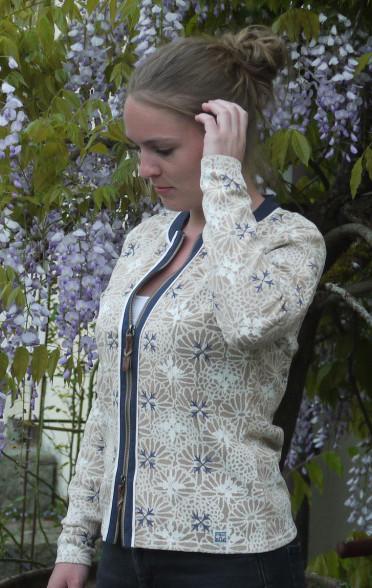 Elegant  Sandfarvet blomster Printet Cardigan fra Piece of Blue. På model.