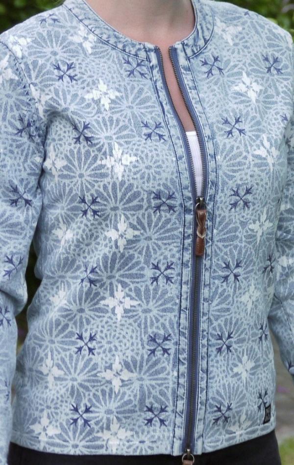 Elegant blomster Printet Cardigan i Lys Indigo Blå fra Piece of Blue. Close up.