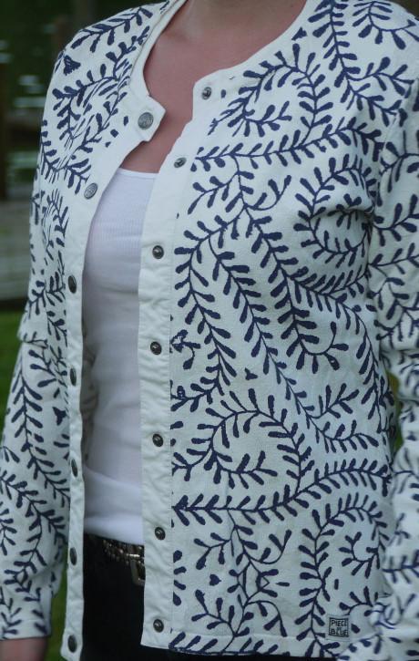 Hvid Cardigan med Print over det hele til piger fra Piece of Blue. Close up.