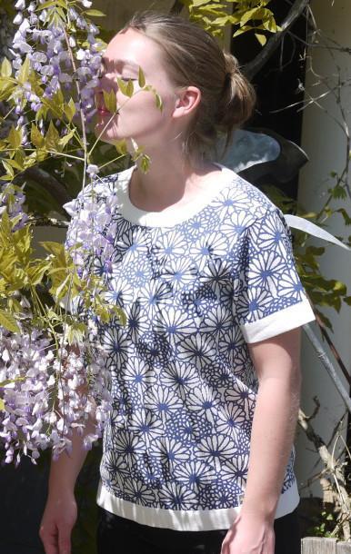 Feminin Hvid Kortærmet Pullover med Blomsterprint fra Piece of Blue . På model.