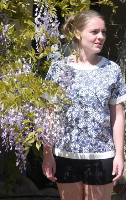 Feminin Hvid Kortærmet Pullover med Blomsterprint fra Piece of Blue . På model 2.