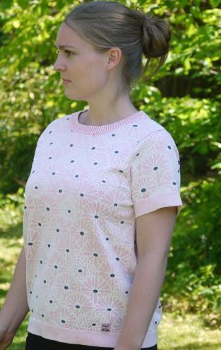 Feminin Kortærmet Pullover med Blomsterprint fra Piece of Blue. På model 2.