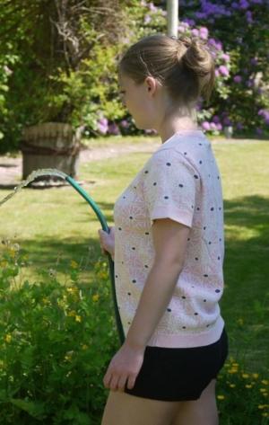 Feminin Kortærmet Pullover med Blomsterprint fra Piece of Blue. På model.