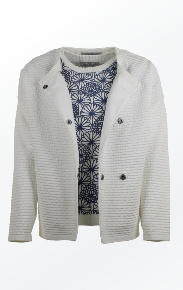 Strikjakke med Oversized Skuldre i Hvid til Kvinder fra Piece of Blue. Åben jakke.
