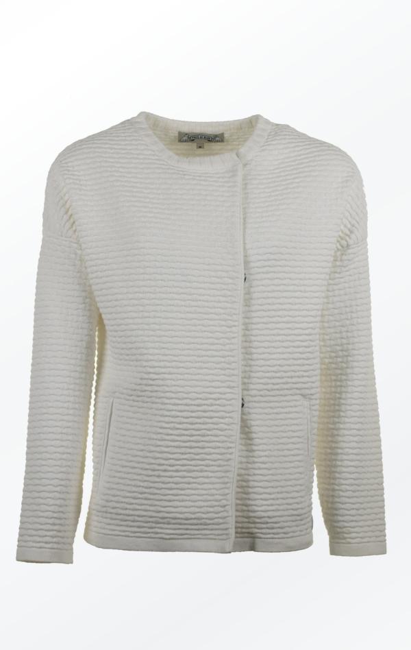 Strikjakke med Oversized Skuldre in Hvid til Kvinder fra Piece of Blue. Lukket jakke.