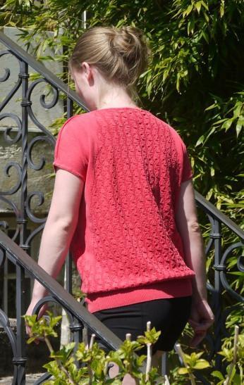 Afslappet og Velklædt Strik Pullover i Rød til Hende fra Piece of Blue. På model bagfra.