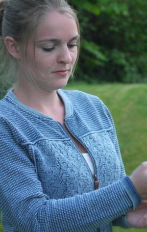 Cool og Feminin Cardigan til Kvinder i Lys Indigo Blå fra Piece of Blue. På model.