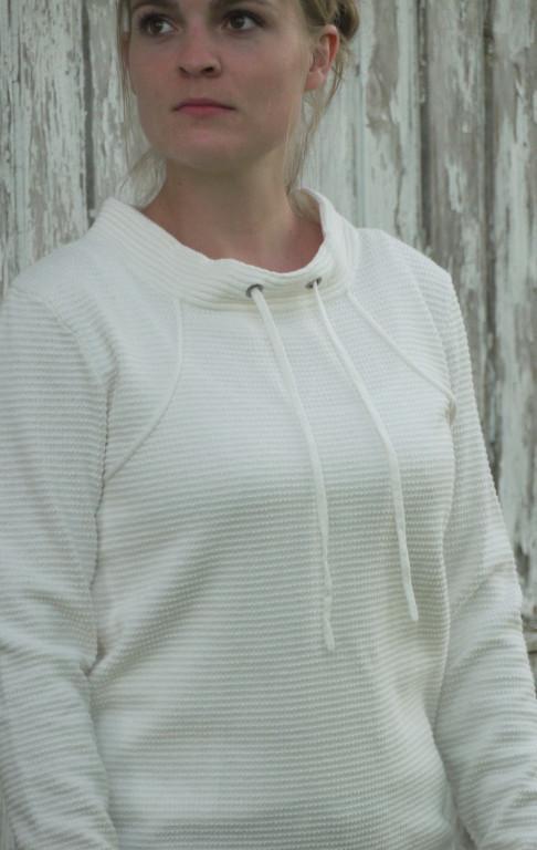 Hvid Pullover i Feminint Strik Mønster til Piger fra Piece of Blue. På model.