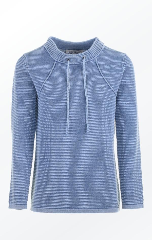 Lys Indigo Pullover i Feminint Strik Mønster til Piger fra Piece of Blue.