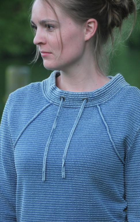 Lys Indigo Pullover i Feminint Strik Mønster til Piger fra Piece of Blue. På model 2.