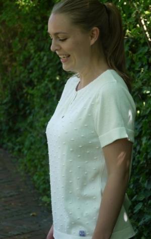 Kortærmet Enkel Strikpullover i Hvid til Kvinder fra Piece of Blue. På model