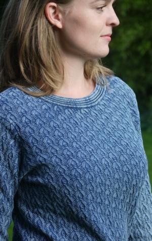 Elegant Pullover i Fint Strikmønster i Lys Indigo Blå fra Piece of Blue. På model.