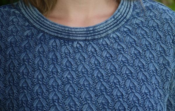 Elegant Pullover i Fint Strikmønster i Lys Indigo Blå fra Piece of Blue. Close up.