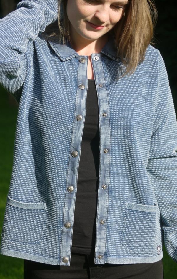 Klassisk Cardigan med Stofkrave i Lys Indigo Blå fra Piece of Blue. På model 2.