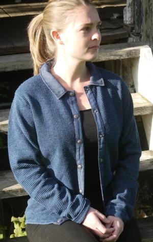 Klassisk Cardigan med Stofkrave i Mørk Indigo Blå fra Piece of Blue. På model.