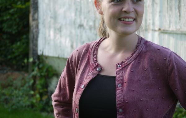 Cardigan med Prikket Strikmønster i Støvet Bourgogne Rød fra Piece of Blue. På model.