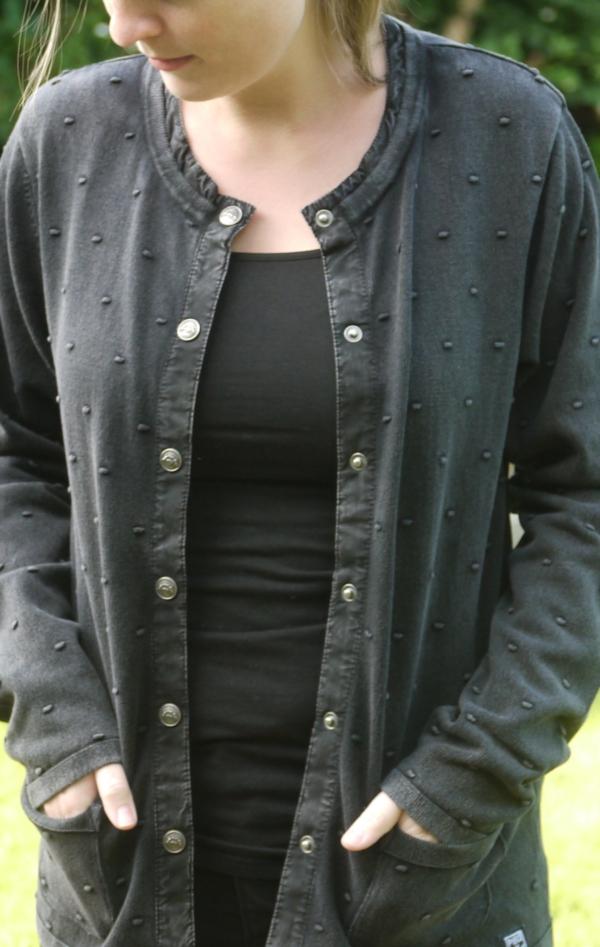 Cardigan med Prikket Strikmønster i Sort Grå fra Piece of Blue. På model 1.