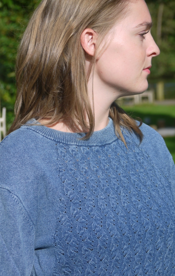 Enkel og Feminin O-Hals Pullover i Lys Indigo Blå fra Piece of Blue. På model.