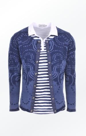 Laserprintet Indigo Cardigan i ren Bomuld til Kvinder over en Stribet T-shirt fra Piece of Blue