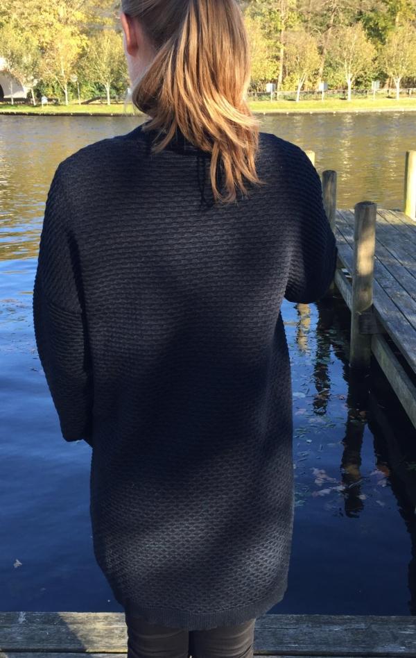 Elegant Indigo Blå Lang Jakke Strikket i Uld og Bomuld til Hende fra Piece of Blue. På model fra set bagfra.