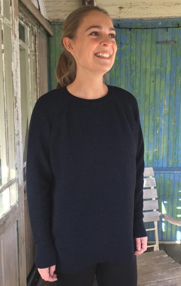 Flot og Unik Mørk Indigo Blå Striktrøje med Kabler til Hende fra Piece of Blue, set på model.
