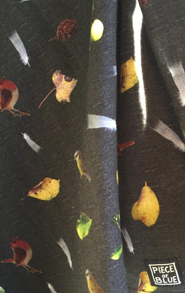 Sort Grå T-Shirt Printet i et Fint Mønster fra Piece of Blue. Close up 3.