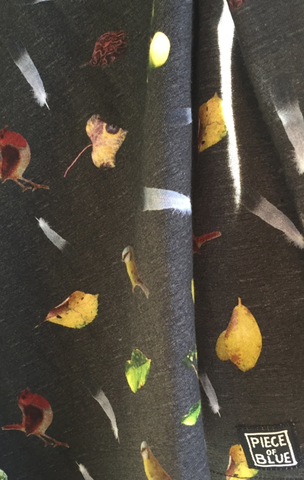 Sort Grå Kortærmet T-Shirt Printet i Flot Mønster fra Piece of Blue. Close up 3.