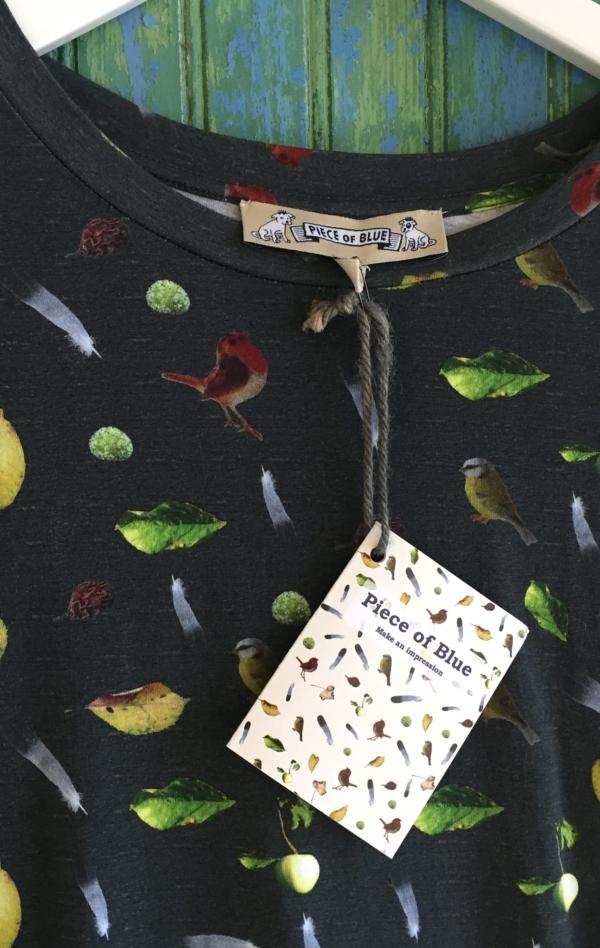 Sort Grå T-Shirt Printet i et Fint Mønster fra Piece of Blue. Close up 1.
