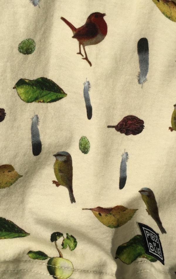 Råhvid Kortærmet T-Shirt Printet i Flot Mønster fra Piece of Blue. Close up.