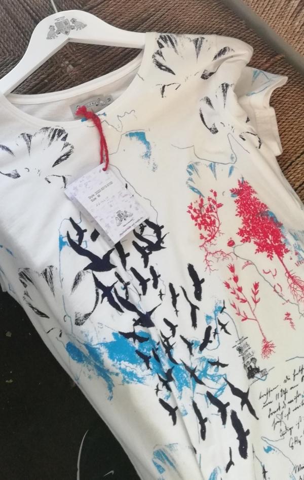 Håndprintet Hvid T-shirt med Flot Mønster til Piger fra Piece of Blue. Close up 2.