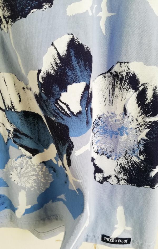 Håndprintet Blå T-shirt med Flot Mønster til Piger fra Piece of Blue. Close up 1.