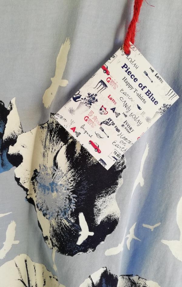 Håndprintet Blå T-shirt med Flot Mønster til Piger fra Piece of Blue. Close up 2.