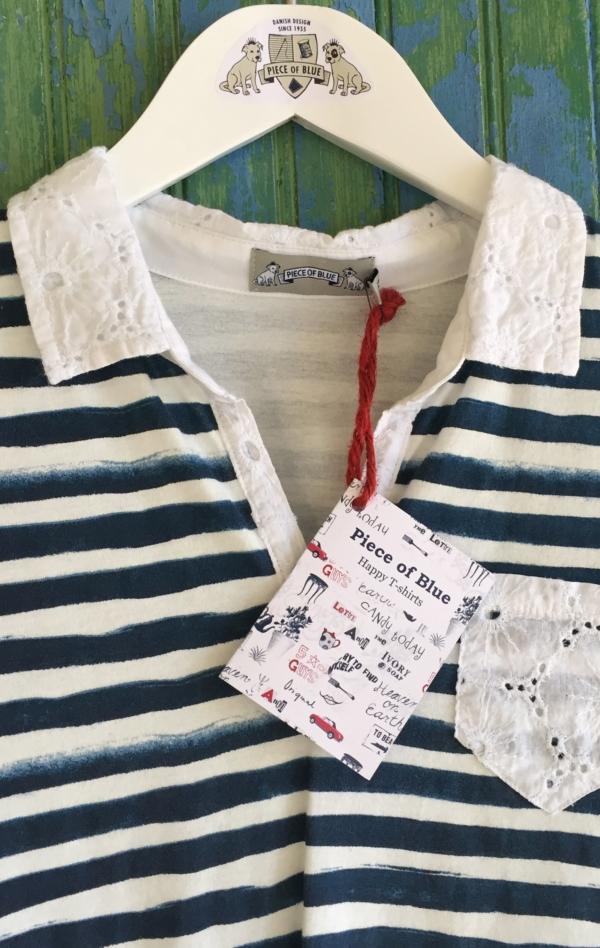 Håndprintet Stribet Marineblå og Hvid T-shirt til Piger fra Piece of Blue. Close up.