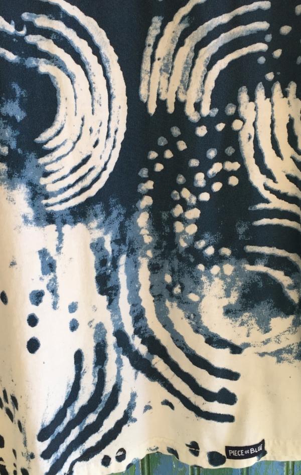 Marineblå og Hvid T-shirt Printet i Hånd til Kvinder fra Piece of Blue. Close up.