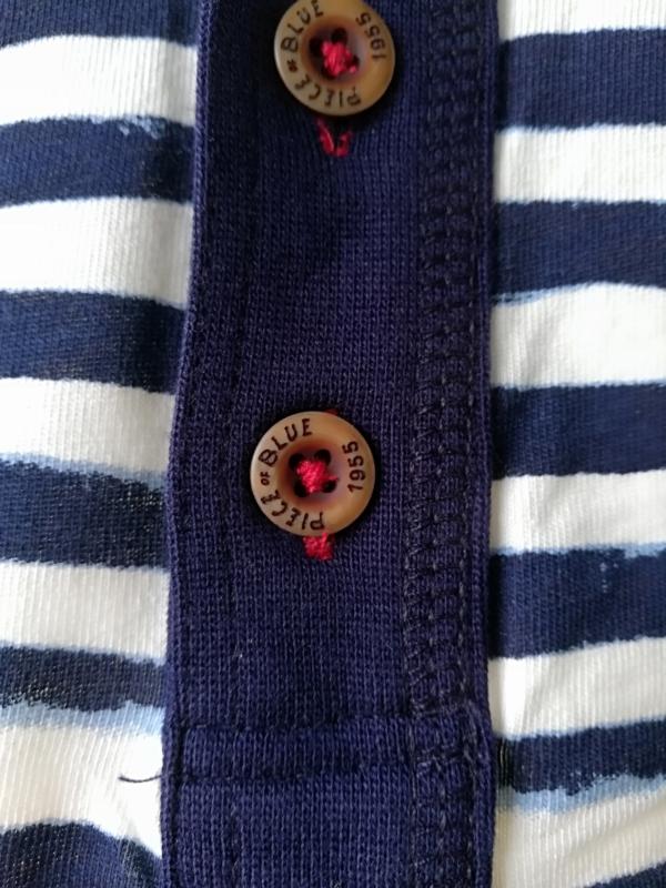Langærmet Blå- og Hvidstribet T-Shirt til Mænd tæt på fra Piece of Blue