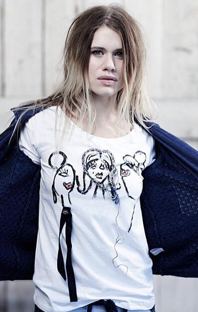 Glad hoved T-Shirt i Hvid til Piger i alle aldre fra Piece of Blue. Shown on model.